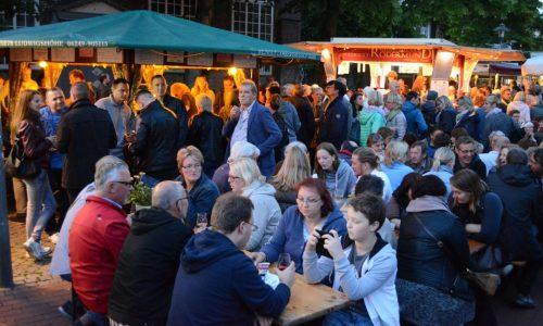 Weinfest_Foto Besucher vor erleuchteten Ständen_Marek_2016
